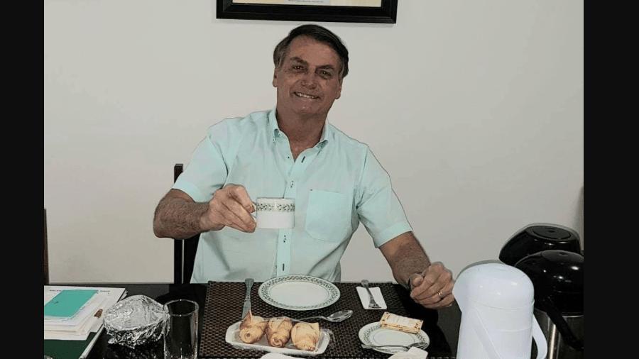 Jair Bolsonaro (sem partido) posta foto tomando café da manhã - Reprodução/Twitter