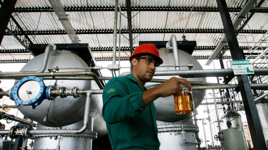 Trabalhador com amostra de biodiesel em Iraquara (BA) - Jamil Bittar