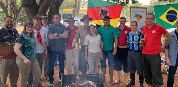 Churrasco | Jair Bolsonaro vai a evento do Dia do Gaúcho em Brasília e posa para foto