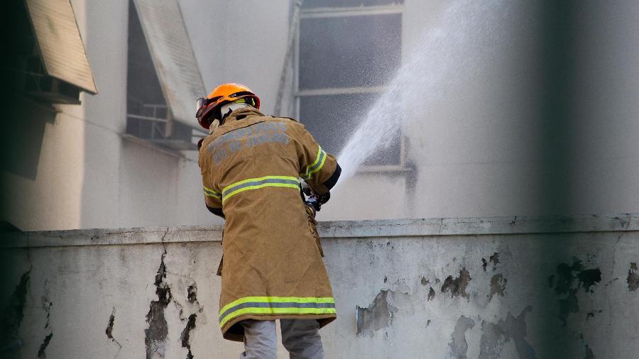 28.out.2020 - Bombeiro atua no rescaldo do incêndio que atingiu o Hospital Federal de Bonsucesso, zona norte do Rio - BEATRIZ ORLE/FUTURA PRESS/FUTURA PRESS/ESTADÃO CONTEÚDO