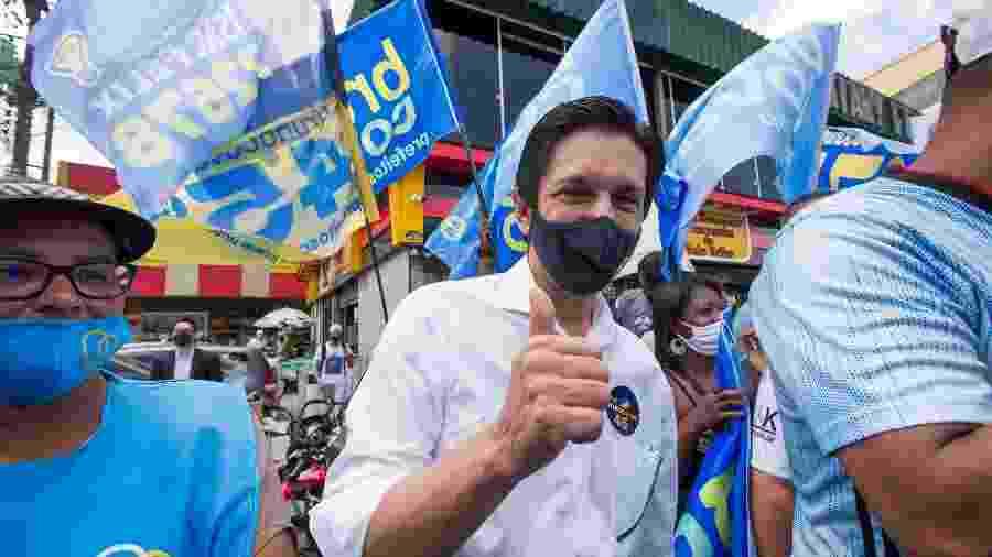 Ricardo Nunes (MDB) em campanha pelas ruas e comércios do bairro do Valo Velho, na zona Sul - TIAGO QUEIROZ/ESTADÃO CONTEÚDO