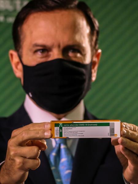 João Dória mostra caixa da CoronaVac durante apresentação dos índices de eficácia da vacina do Instituto Butantan  - DANILO FERNANDES/FRAMEPHOTO/FRAMEPHOTO/ESTADÃO CONTEÚDO