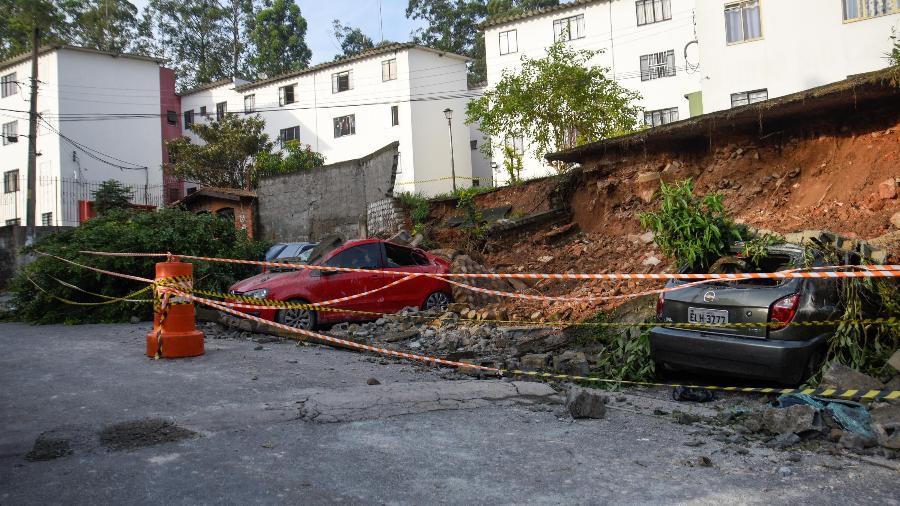 23.jan.2021 - Um muro desabou durante as chuvas de sexta-feira (22) em São Paulo, e soterrou carros no condomínio da Cohab Raposo Tavares - RONALDO SILVA/FUTURA PRESS/ESTADÃO CONTEÚDO