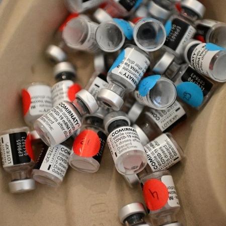Frascos vazios de vacinas contra a covid-19 são descartados após serem usados na imunização em Paris, na França - 13.mar.2021 - Martin Bureau/AFP