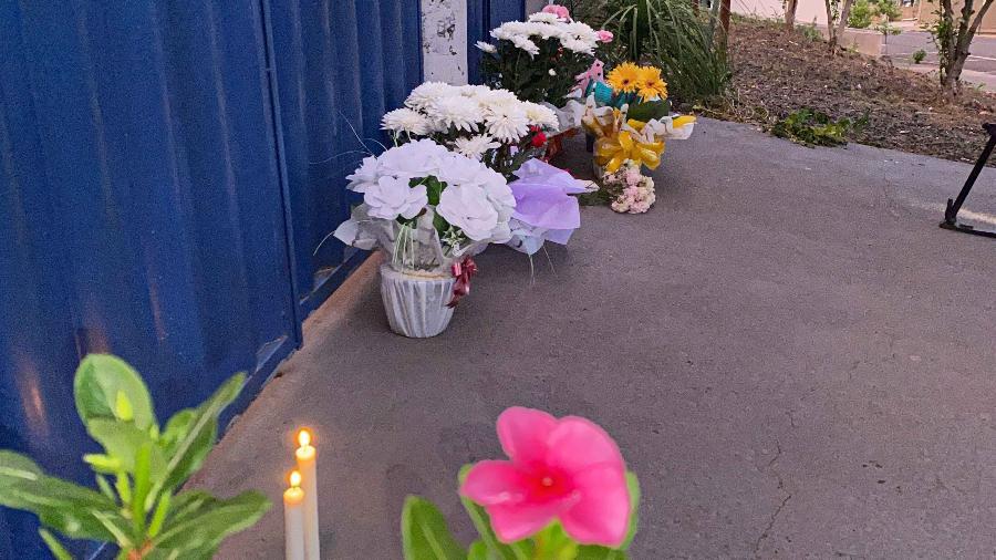 Pessoas deixam homenagens a vítimas do ataque a creche em Saudades (SC) - WILLIAN RICARDO/ISHOOT/ESTADÃO CONTEÚDO