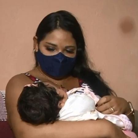 Mulher com a filha no colo, após dar à luz em UTI na Paraíba - Reprodução/TV Cabo Branco