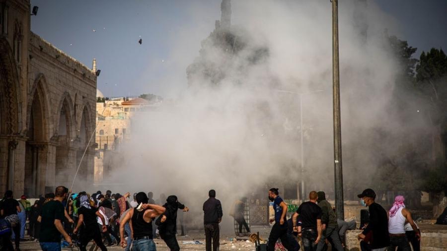 10.mai.21 - A polícia israelense usa gás lacrimogêneo, balas de borracha e granadas de choque para dispersar os palestinos que estavam de guarda na Esplanada das Mesquitas, em Jerusalém Oriental - Anadolu Agency/Anadolu Agency via Getty Images