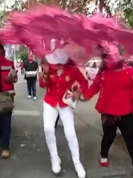 """Candidata é alvo de """"banho de tinta"""" durante campanha no México - Reprodução/Twitter"""