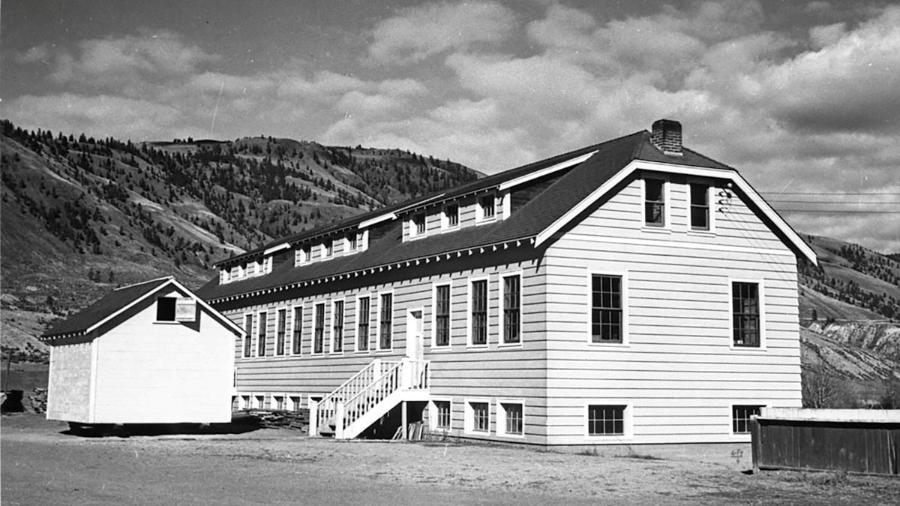 Imagem da escola indígena Kamloops Indian Residential School, na Colúmbia Britânica, no Canadá, fechada em 1978 - Library and Archives Canada/Reuters