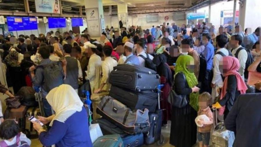 Cenas de caos no aeroporto de Cabul - BBC