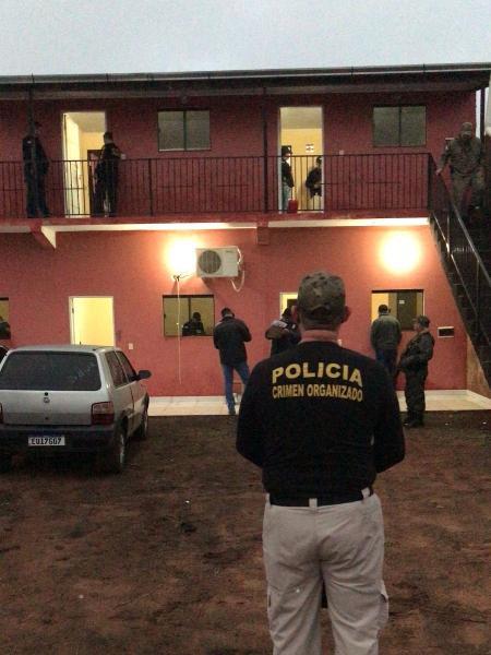 11.out.2021 - Operação da Polícia do Paraguai prendeu suspeitos de envolvimento em chacina - Reprodução/Twitter/@DCCO_Paraguay