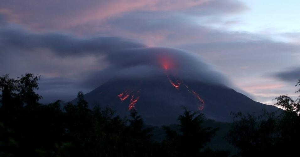 14.jul.2015 - Vulcão Colima expele lava nesta terça-feira (14), em fotografia feita desde o povoado de Colima, no México. O vulcão continua em atividade, mas de maneira menos intensa. Apesar disso, as previsões são de que lava e cinzas continuem sendo expelidas durante toda a semana. Autoridades informaram que a atividade vulcânica do Colima supera em magnitude a observada em 1913, quando foi registrada sua maior erupção