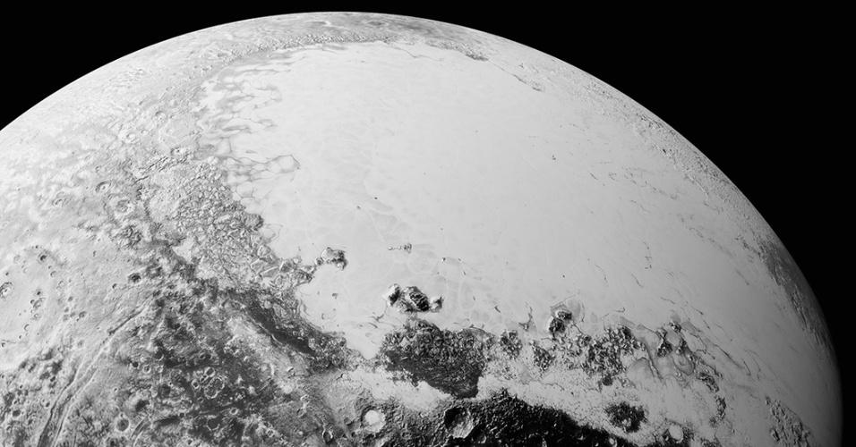 21.set.2015 ? A Nasa (Agência Espacial Norte-americana) divulgou imagens que mostram como veríamos Plutão se estivéssemos a 1.800 quilômetros do planeta anão. As fotos foram feitas pela nave New Horizons, que passou por Plutão no dia 14 de julho deste ano. Os cientistas se surpreenderam com a complexidade da superfície do planeta anão, que conta com planícies e regiões montanhosas