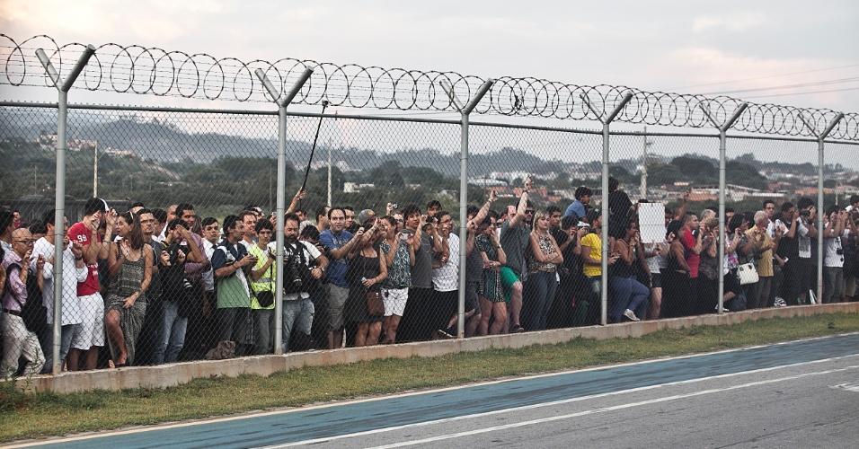 Público se aglomera para ver a chegada do A380 ao aeroporto internacional de Guarulhos, em São Paulo