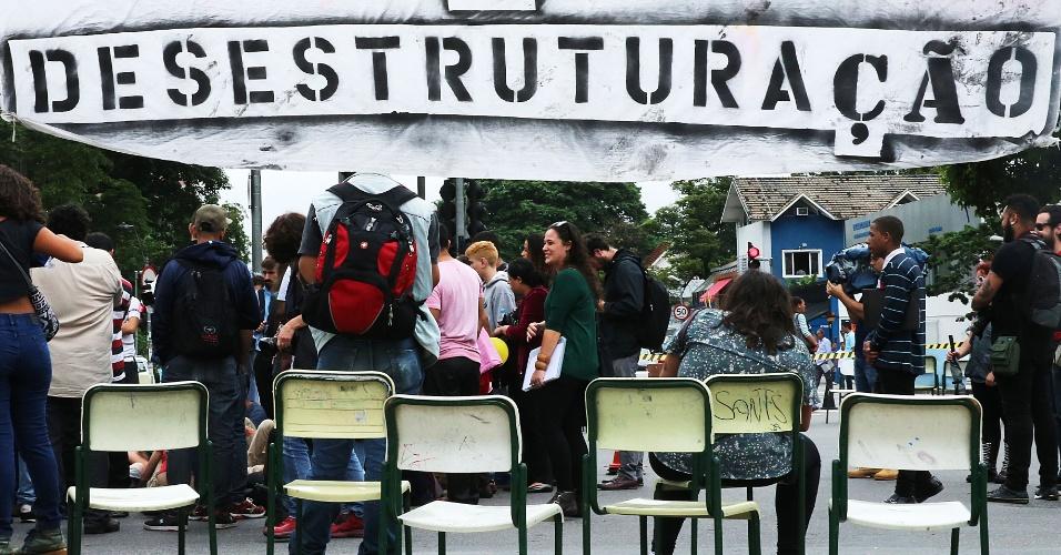 30.nov.2015 - Estudantes protestaram na manhã desta segunda-feira (30) no cruzamento das avenidas Brigadeiro Faria Lima e Rebouças, na região de Pinheiros, na zona oeste de São Paulo. Eles colocaram cadeiras para bloquear as duas vias. Pessoas que passavam pelo local se juntaram à manifestação. Os alunos protestam contra a reestruturação das escolas públicas estaduais, proposta pelo governo estadual