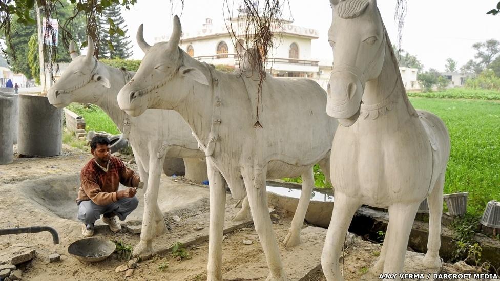 Santokh Singh Uppal cria as esculturas, mas cada uma das caixas d'água é construída por trabalhadores qualificados espalhados por todo o Estado