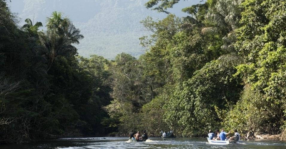 Após quatro dias embarcados e 12h percorrendo o igarapé Preto em lanchas voadeiras, os membros da Expedição Katerre chegam à base da Serra do Aracá, de onde sai a trilha que conduz ao mirante para a mais alta cachoeira do Brasil