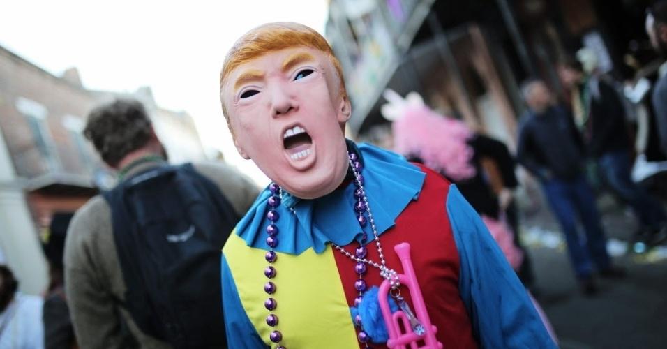 NOVA ORLEANS, ESTADOS UNIDOS - Folião usa máscara com a imagem de Donald Trump em Nova Orleans, no Estado de Louisiana, Estados Unidos, durante a celebração do Mardi Gras. A maior festa carnavalesca do país é comemorada todos os anos no dia anterior à quarta-feira de cinzas, o primeiro dia da Quaresma, com desfiles ao som de jazz. Trump é um dos pré-candidatos do Partido Republicano que tenta concorrer à Presidência dos Estados Unidos nas próximas eleições