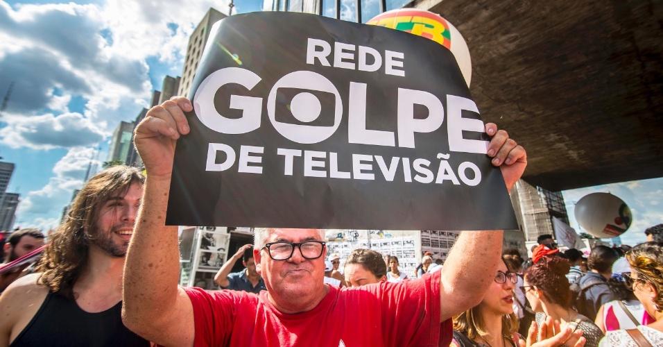 18.mar.2016 - Críticas aos discursos da Rede Globo durante a crise política brasileira é uma constante em protestos: