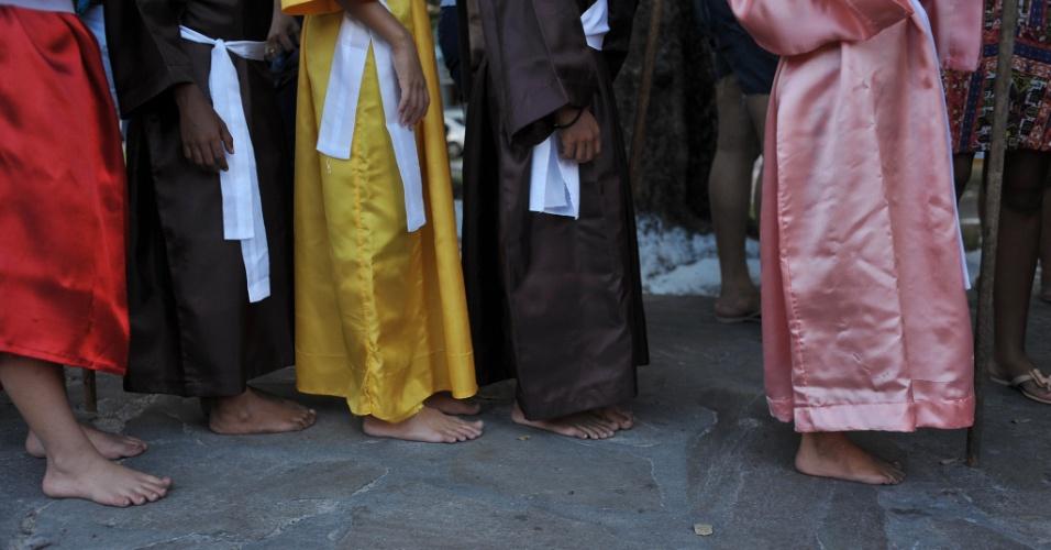 23.mar.2016 - Assim como os adultos, as cerca de cem crianças que participam do Fogaréuzinho também desfilam descalças e caracterizadas como farricocos