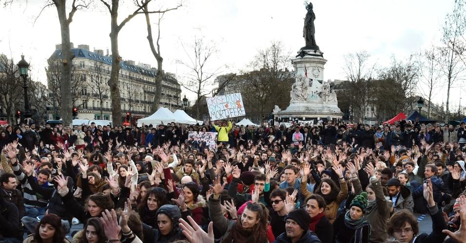 """7.abr.2016 - Pessoas se sentaram na Place de la République, no centro de Paris, para protestar contra reformas trabalhistas propostas pelo governo francês. O movimento """"Nuit debout"""" (""""Noite em Pé"""", em tradução livre) foi convocado por sindicatos e organizações estudantis"""