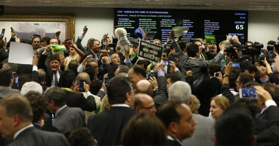 11.abr.2016 - Deputados comemoram resultado após a maioria dos membros da comissão especial na Câmara votar a favor do parecer do relator Jovair Arantes (PTB-GO), que defende a abertura do processo de afastamento da presidente Dilma Rousseff. A sessão durou quase 10 horas, 38 deputados aprovaram o relatório e 27 se manifestaram contrários