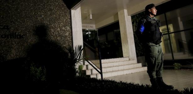 13.abr.2016 - Policial monta guarda na entrada do escritório da Mossack Fonseca na Cidade do Panamá
