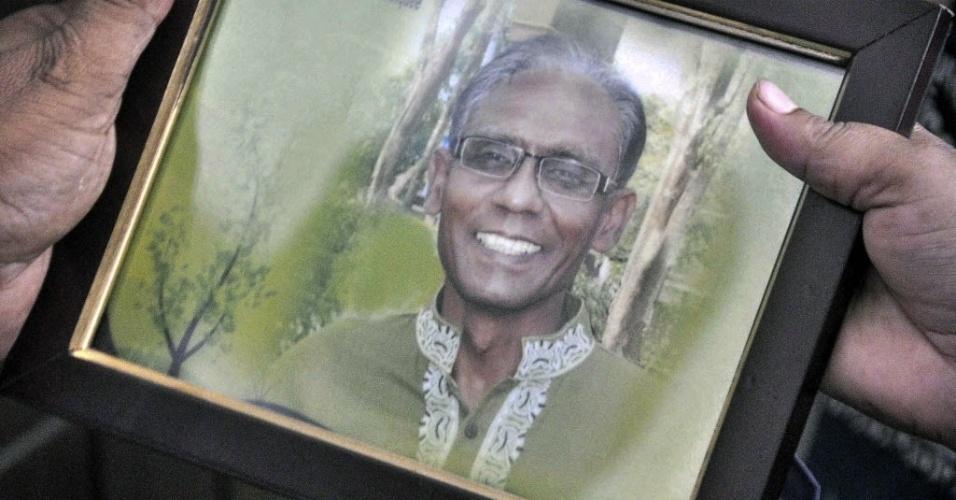 23.abr.2016 - Um homem segura a fotografia do professor universitário Rezaul Karim Siddique, assassinado em Bangladesh em um ataque a facadas. Segundo a polícia, o ataque é semelhante a homicídios de ativistas laicos e ateus, cometidos por extremistas islâmicos. No início do mês, a polícia anunciou a prisão de dois membros de um grupo islamita suspeito de envolvimento no assassinato de um ativista defensor da laicidade