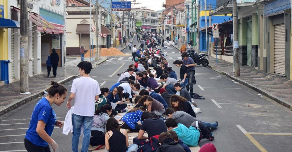 26.mai.2016 - Fiéis montam tapete para celebrar o Corpus Christi na manhã desta quinta-feira (26) em Amparo, interior de São Paulo