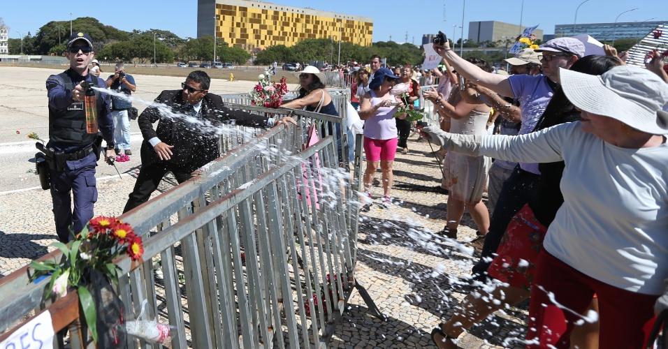 29.mai.2016 - PM lança spray de pimenta para conter manifestantes em Brasília