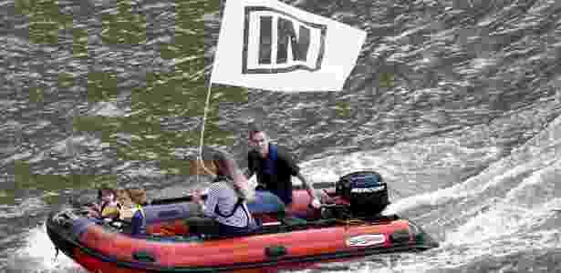 Brendan Cox, marido da parlamentar britânica Jo Cox, e suas duas filhas fazem campanha pela permanência do Reino Unido na União Europeia (UE), no rio Tâmisa - Stefan Wermuth/Reuters - Stefan Wermuth/Reuters