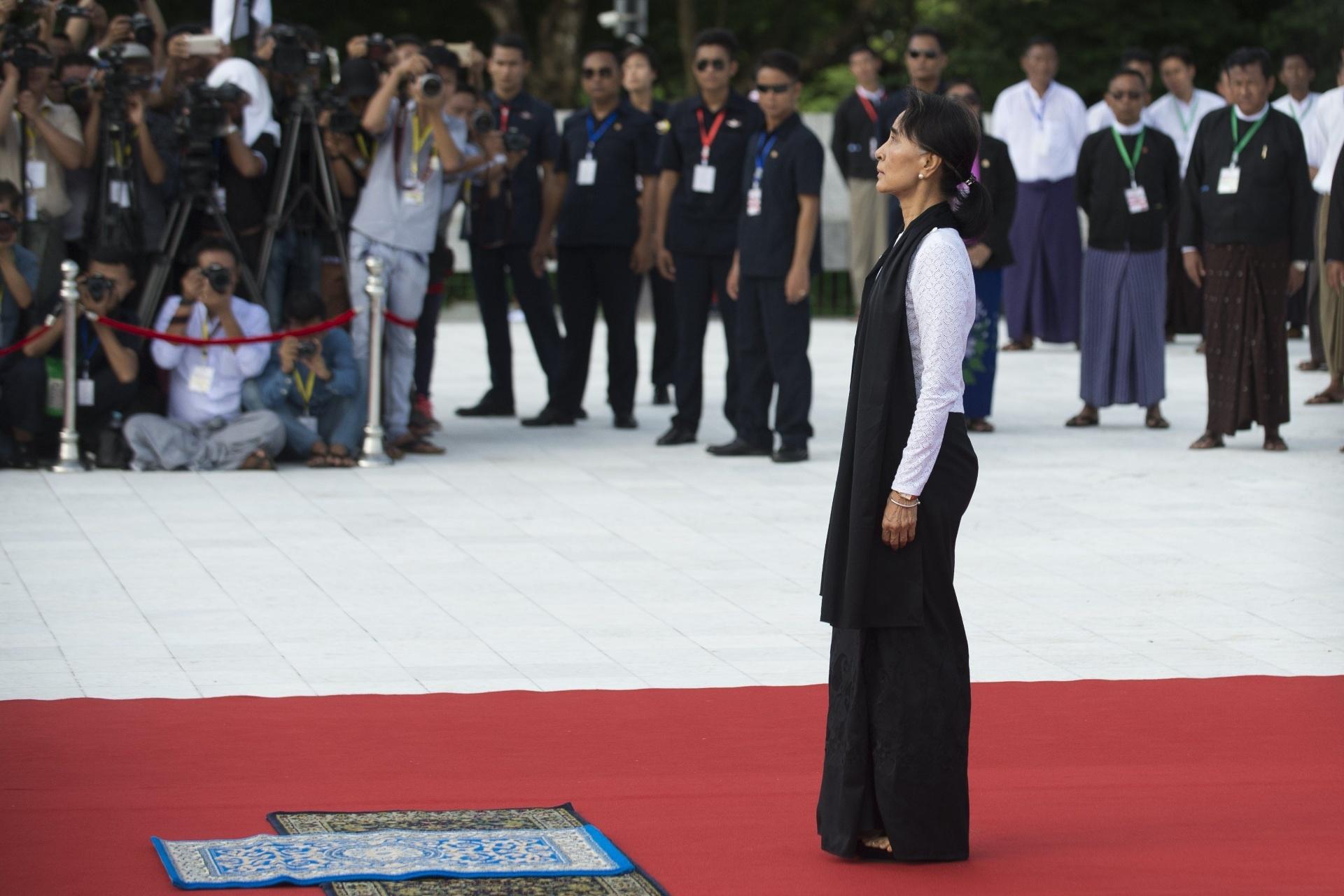 19.jul.2016 - A ministra das Relações Exteriores de Mianmar e Nobel da Paz, Aung San Suu Kyi, presta homenagem a seu pai, Aung San, no dia do aniversário de sua morte. Considerado herói de guerra e um dos fundadores do país, Aung San foi assassinado no dia 19 de julho de 1947, seis meses antes da independência de Mianmar que até então era colônia da Inglaterra