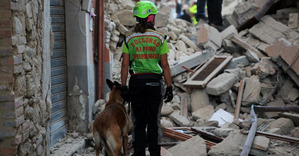 24.ago.2016 - Equipe de emergência procura por vítimas em meio aos escobros de área residencial de Amatrice, no centro da Itália