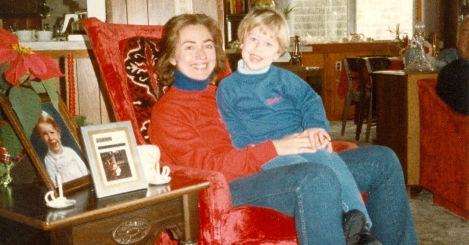 2.nov.2016 - Hillary Clinton com sua filha, Chelsea, em 1983