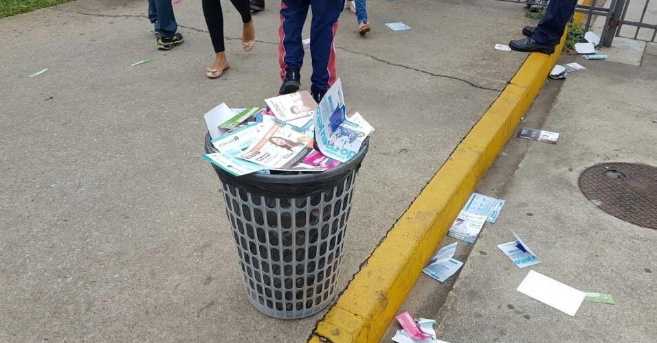 5.NOV.2016- Cesto de lixo lotado com papéis de propaganda de cursinhos na entrada da PUC-MG, no bairro Coração Eucarístico, região noroeste de Belo Horizonte