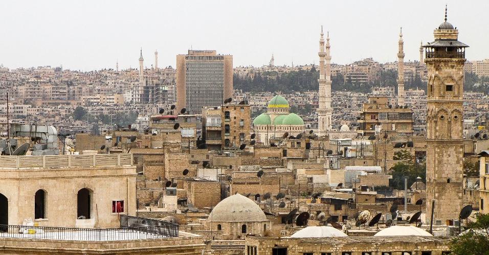 Minarete da Mesquita Umayyad (primeiro plano), construído no ano 1090 e destruído em 2013, na guerra entre Assad e os rebeldes