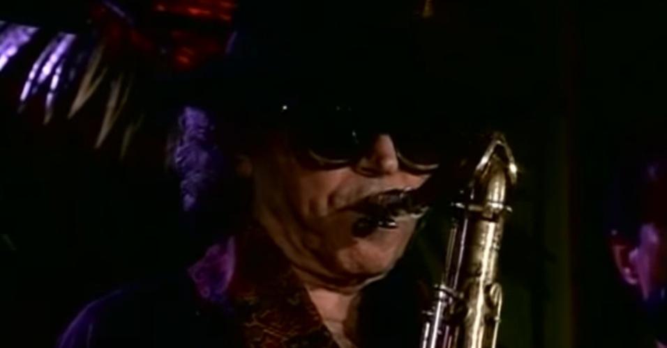 O saxofonista argentino Gato Barbieri, durante uma apresentação em 2001.
