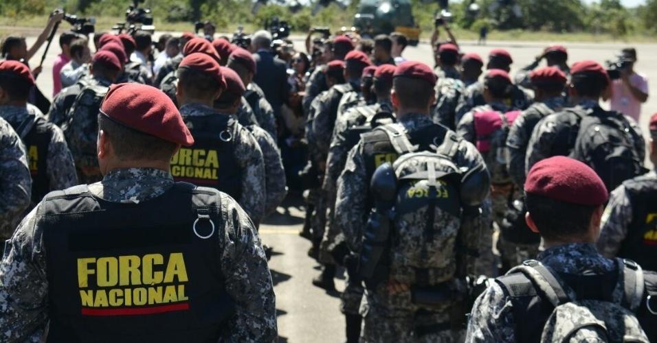 10.jan.2017- Agentes da Força Nacional de Segurança desembarcaram em um avião da FAB (Força Aérea Brasileira) na Base Aérea de Boa Vista, em Roraima. O município foi palco do terceiro maior massacre do sistema prisional do país