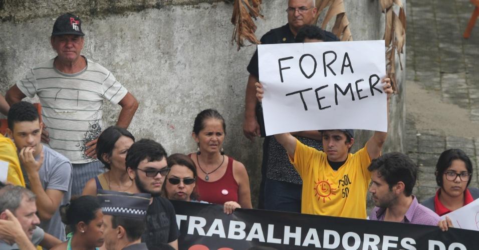 12.jan.2017 - Manifestantes protestam contra a presença do presidente Michel Temer durante a cerimônia de inauguração da Escola Municipal de Ensino Fundamental Professor Fued Temer, na cidade de Praia Grande, litoral paulista