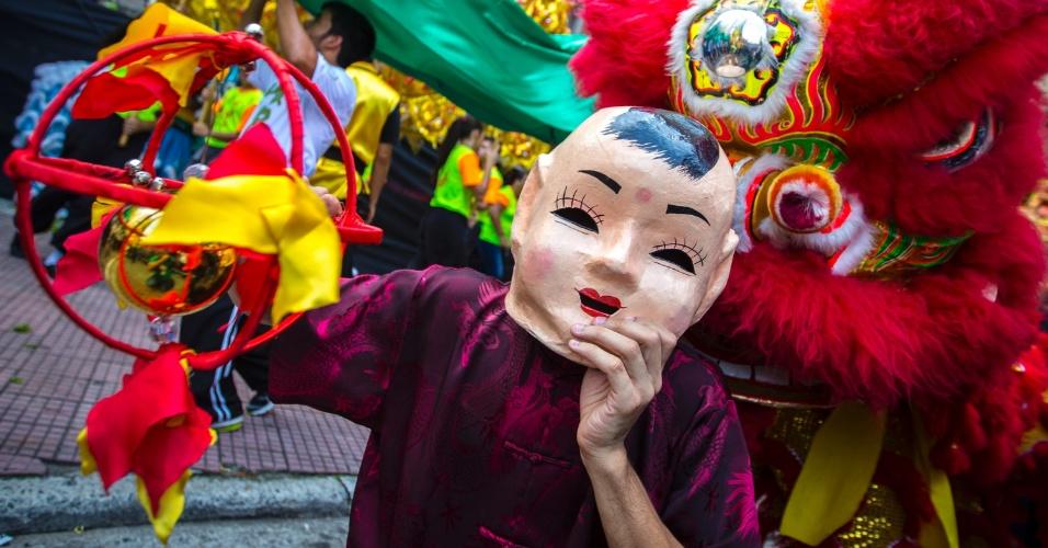 28.jan.2017 - Mascarado, visitante participa da celebração do Ano Novo Chinês no bairro da Liberdade, em São Paulo (28) . No calendário chinês, o ano 4715 começa neste sábado