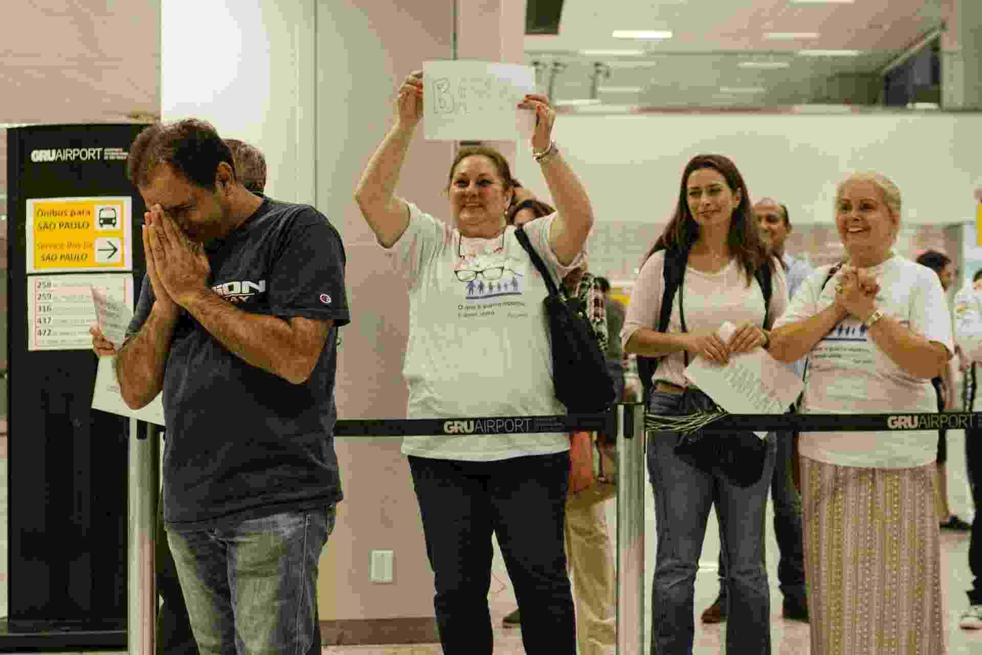13.mar.2017 - O refugiado sírio Adnan Alkhaled se emociona com a chegada de sua família ao país no aeroporto de Cumbica - Gabo Morales/UOL