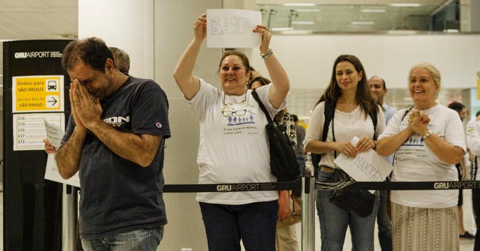 13.mar.2017 - O refugiado sírio Adnan Alkhaled se emociona com a chegada de sua família ao país no aeroporto de Cumbica