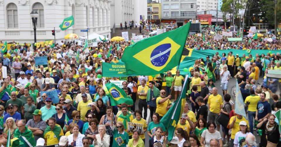 Em Curitiba, manifestantes se reuniram no centro da cidade e homenagearam o juiz Sérgio Moro e os procuradores da força-tarefa da Lava Jato
