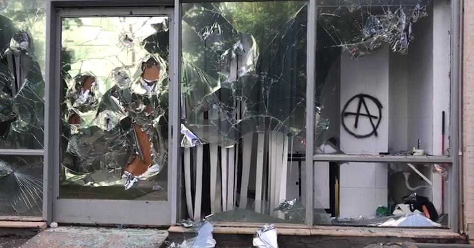 24.mai.2017 - Entrada do prédio do Ministério da Integração Nacional fica danificada e pichada após ser atacado por manifestantes durante protesto em Brasília