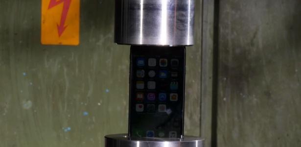 Sonho de consumo, iPhone 7 foi para a prensa hidráulica no dia do seu lançamento; vídeos de eletrônicos sendo destruídos fazem sucesso na Internet
