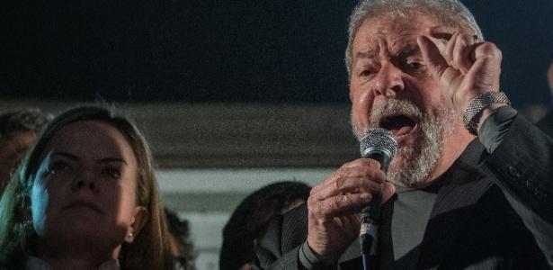 O ex-presidente Lula discursa em manifestação a seu favor
