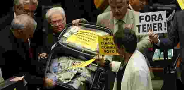 Luiza Erundina e base oposicionista carregam mala em protesto à sessão que analisa denúncia contra Michel Temer - Adriano Machado/Reuters - Adriano Machado/Reuters