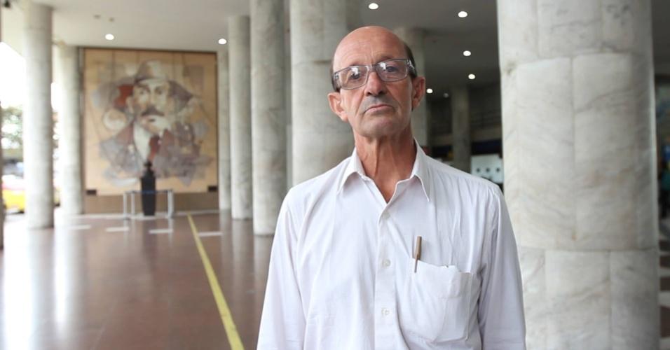 Banho no mar e armário no poste: Ex-executivo que virou sem-teto hoje 'mora' em aeroporto do Rio