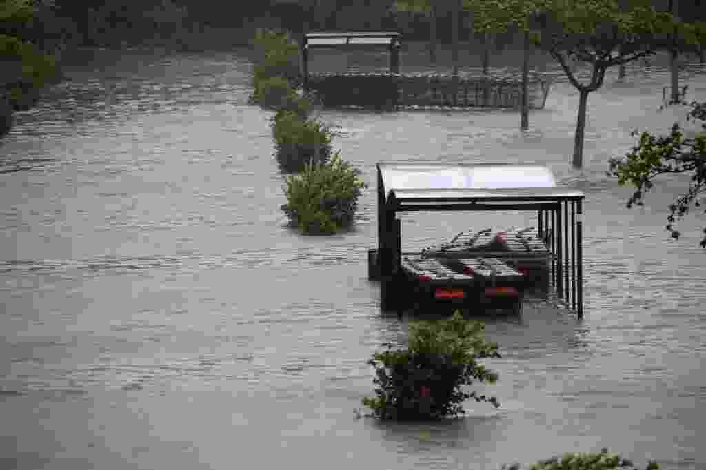 19.set.2017 - Carrinhos de supermercado ficam submersos em estacionamento inundado após a passagem do furacão Maria em Pointe-a-Pitre, em Guadalupe - Andres Martinez Casares/Reuters