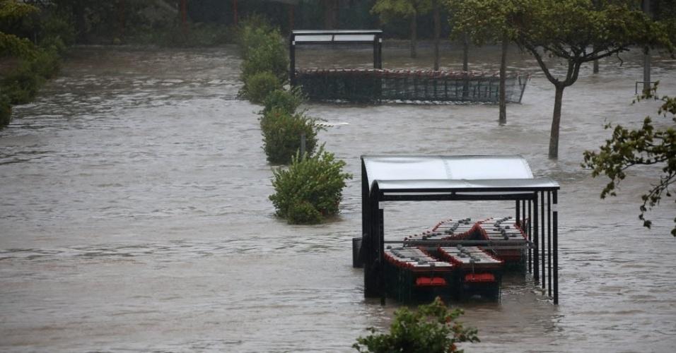 19.set.2017 - Carrinhos de supermercado ficam submersos em estacionamento inundado após a passagem do furacão Maria em Pointe-a-Pitre, em Guadalupe
